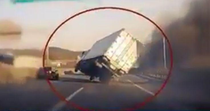Un chauffeur de camion dans l'autoroute à éviter un accident dramatique - http://www.newstube.fr/un-chauffeur-de-camion-dans-lautoroute-a-eviter-un-accident-dramatique/ #Accident, #AccidentDramatique, #ChauffeurDeCamion