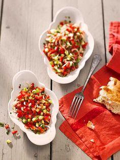 Türkischer Tomatensalat mit Peperoni und Gurken