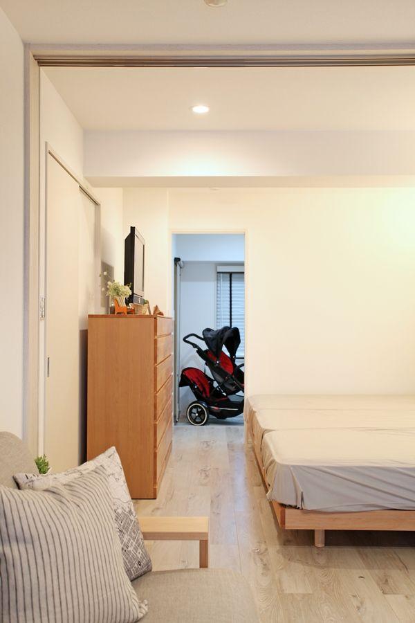 玄関横のクローゼット側に土間を伸ばしているのでベビーカーを置くことができます!  家具屋が提案する中古マンションリノベーション!家具から始まる家づくりを提案します。家具の配置や使い方に合わせて部屋を間仕切るリノベーション、子育てに合わせた間取り提案などおすすめポイント盛りだくさんのリノベーションです! コーディネートのテーマカラーは「ナチュラル&ライトブルー&グレー&ブラック」とし、ナチュラルベースにブラック色やグレー色、ライトブルー色のアイテムを取り入れながらコーディネートしております!