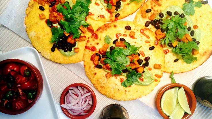 Gjør en forandring på den klassiske tacoen! Varme tostadas med spicy søtpotet, svarte bønner og guacamole er perfekt fredagsmat.