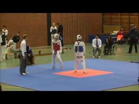 Schwarzer Gürtel greift an und gewinnt den Kampf  -Taekwondo Vollkontakt...