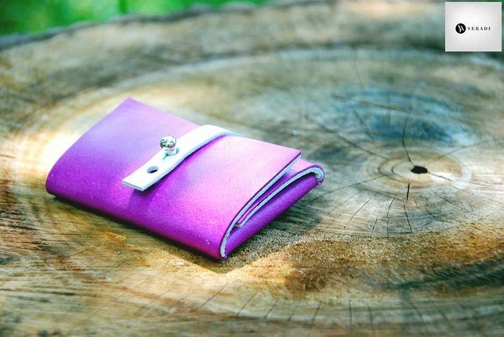 Portofel din piele naturala 12 -mov  -inchizatoare alba -compact -captusit cu piele alba -accesorizat cu capsa si inchizatoare metalica argintie -dimensiuni l=5,5cm h=9,5cm g=1,5cm  PRET: 50 lei