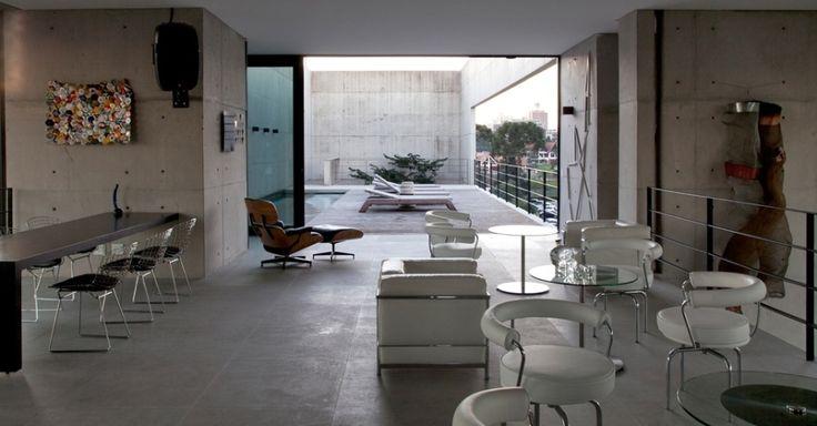 """A piscina da casa Vertical, projetada por Marcos Bertoldi, fica no mesmo nível do mezanino para recepções equipado com """"pick up"""" para DJ e cozinha própria, que se comunica com outras cozinhas, nos pavimentos inferiores, por elevador monta-carga e escadaria de serviços"""