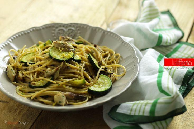 La pasta con zucchine e sgombro grigliato è un piatto semplice e veloce, ricco di fibre e Omega 3. Per pranzi sani e gustosi, anche coi minuti contati!