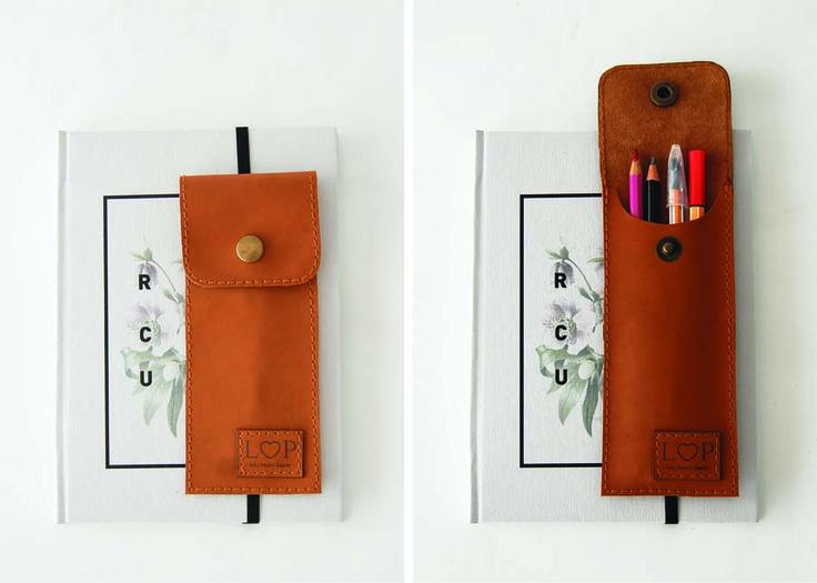 Realizado en cuero natural y terminación de elástico para adaptarse a tu cuaderno o libro.Medida: 7cm x 17cm cerrado / 7cm x 23cm abierto