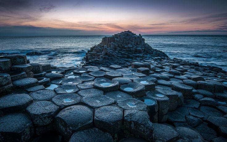 Дорога гигантов — уникальная прибрежная местность с 40 000 соединенных между собой базальтовых колонн, образовавшихся в результате древнего извержения вулкана, Ирландия