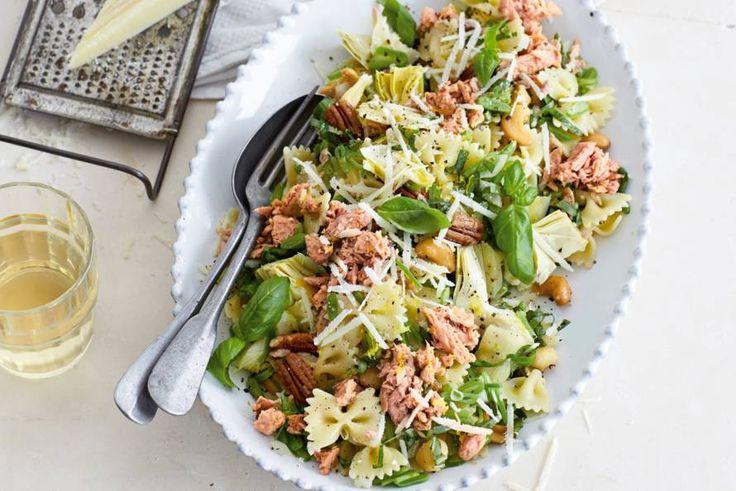 Pasta koken, groente snijden, tonijn erdoor mengen en kláár is je lactosevrije salade - Recept - Allerhande