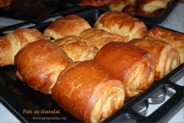 Salem Aleykoum , Bonjour, Ce pain au chocolat est un croissant, savoureux et délicieux pour le petit-déjeuner comme celui de la boulangerie, ça vous tente ? Pour la réalisation de 16 pains au chocolat, il vous faut : 500 g de farine 25 g de levure fraîche...