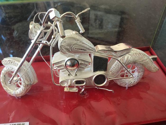 Zilveren miniatuur filigraan motor ca. 1980  Zilveren miniatuur filigraan motor ca. 1980 Miniatuur motor van draadzilver lengte15cm bij 8 cm hoog  EUR 75.00  Meer informatie