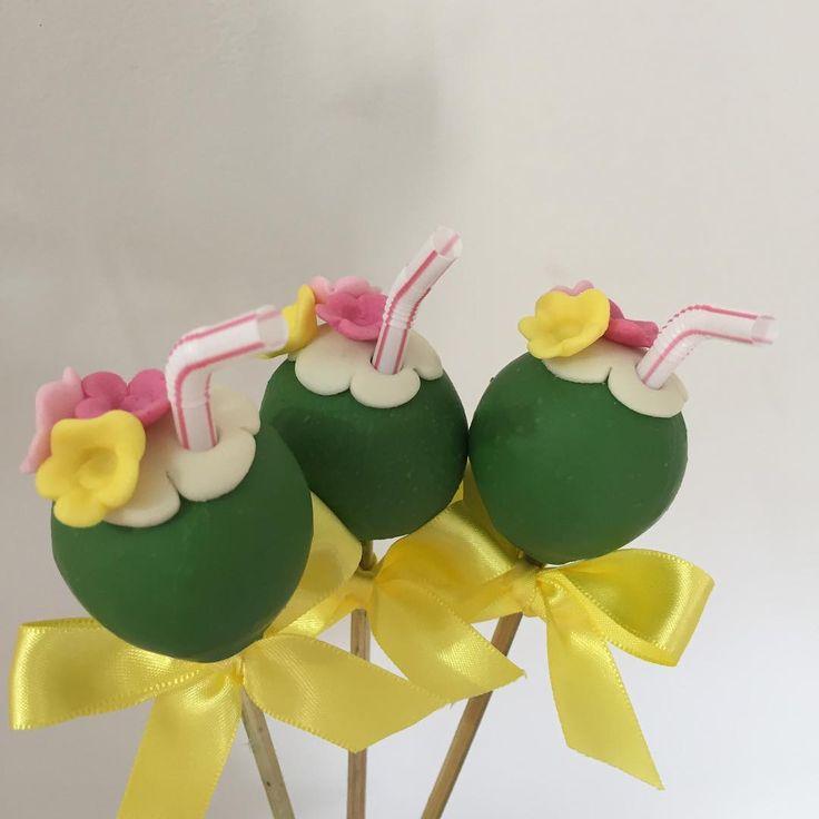 Brigadeiro no palito coco verde para o tema Moana #benditosbrigadeiros #doces #docesmodelados ...