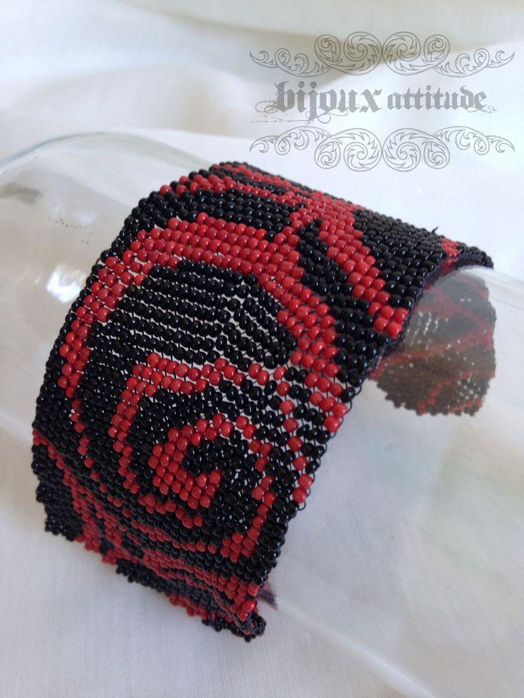 Bracelet manchette tissé rouge et noir - tissage peyote motif de courbes - style gothique, baroque, rock - féminin, unique de la boutique BijouxAttitude sur Etsy