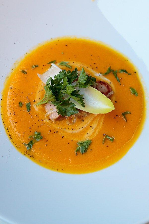 Leckere Möhrencrèmesuppe mit einer deftigen Einlage aus gebratenem Chicorée.