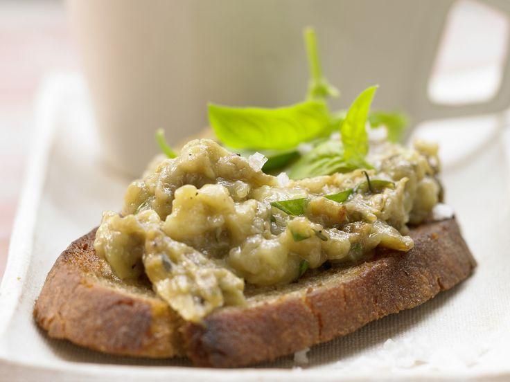 Auberginen-Bruschetta - Auberginenmus auf knusprigem Brot - smarter - Kalorien: 212 Kcal - Zeit: 25 Min. | eatsmarter.de Perfekt als Snack, herzhaftes Frühstück oder Abendbrot.