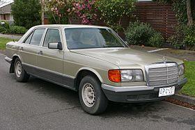 1984 Mercedes-Benz 380 SE (W 126) sedan (2015-08-07) 01.jpg