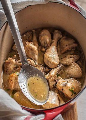 Receta fácil de pollo al ajillo tradicional, con mucho ajo y una salsa de vino. Elaboración con fotos paso a paso y consejos