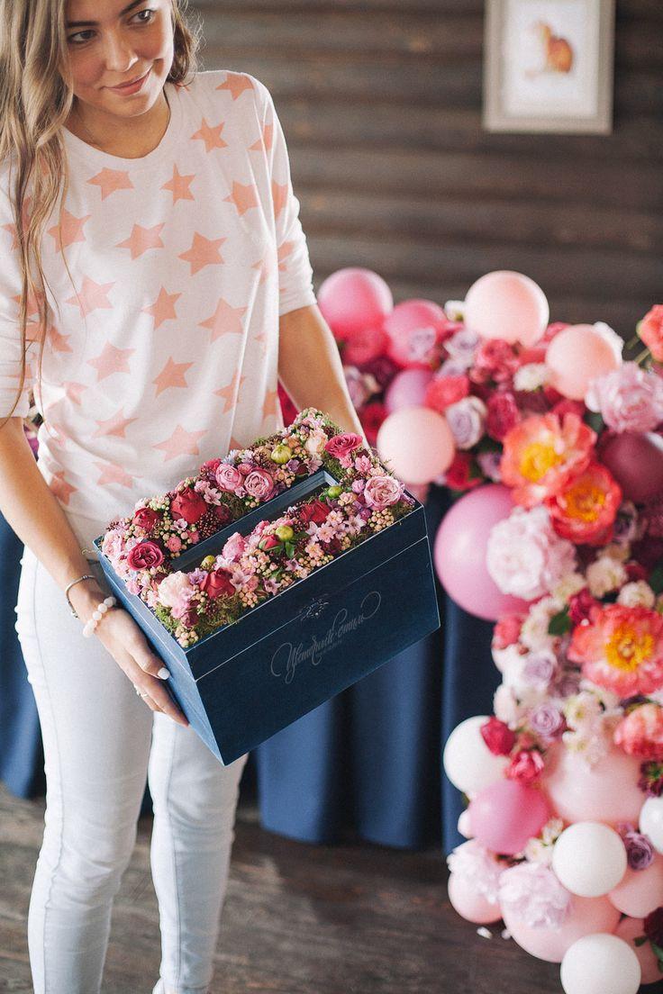 Коробка для подарков на свадьбу, оформленная живыми цветами