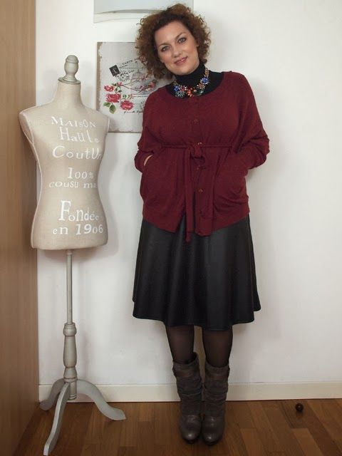 #verdementa - #fashion from my #curvy point of view: #outfit con #gonna #longuette in #ecopelle, maglia poncho, stivali col tacco e collana fiori Zara.  #skirt #leather #70sstyle #style