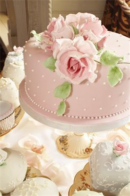 Rachael : Sugar roses and leaves on moist rich fruit cutting cake.