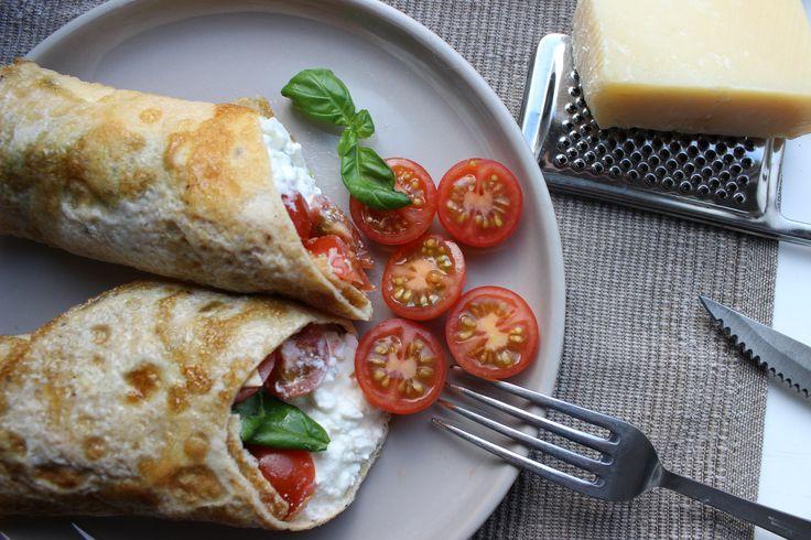 Omelet wrap met Hüttenkäse, basilicum en cherrytomaatjes