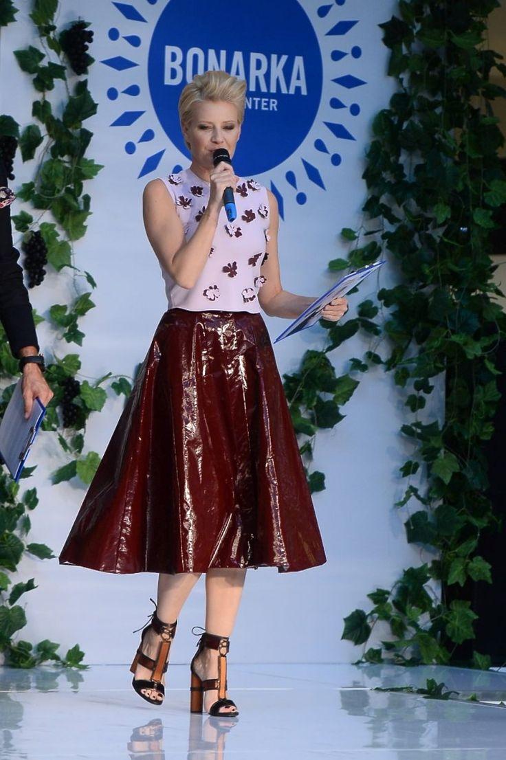 Małgorzata Kożuchowska w bordowej błyszczącej spódnicy na wybiegu