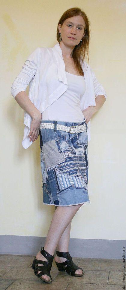 Купить или заказать Джинсовая юбка 'Волны' в интернет-магазине на Ярмарке Мастеров. Легкая колоколообразная юбка из лоскутов денима, пристроченных к хлопковой основе . Эта юбка - русская интерпретация старинной японской техники 'Боро'. Боро- это нарочито грубое использование многочисленных заплаток, нашитых вручную или пристроченных на машинке,намеренно видны швы и фрагменты разлохматившейся ткани. Чем больше декоративных швов и отстрочки - тем лучше.