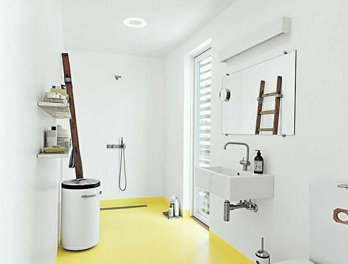 salle-de-bain-sol-jaune-pale-couleur-pastel-sol-jaune-mur-blanc-salle-de-bain