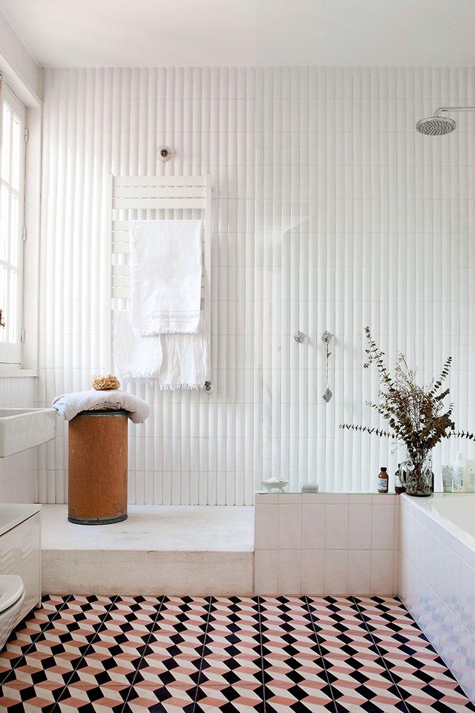 Il bagno della casa di Madrid di Luis Urculo. Piastrelle Encaustic Tiles /// The bathroom of the Luis Urculo's house in Madrid. On the floor Encaustic Tiles • Photo Helenio Barbetta