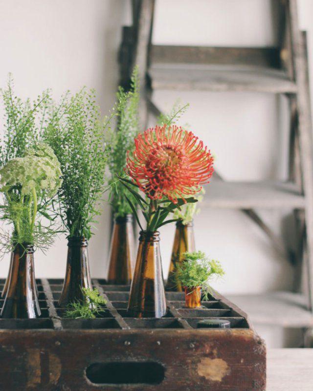 Des bouteilles de bières comme jolis vases, retrouvez le DIY pour une déco de mariage Bottles of beer as pretty vases, find the DIY for a wedding decoration