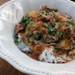 Slow Cooker Thai Rindfleischcurry / Rindfleisch wird in Kokosmilch, roter Currypaste und Spinat zu einem herrlichen Curry geköchelt. Bei der Currypaste mit der Dosierung aufpassen. Wenn sie sehr scharf ist, lieber etwas weniger verwenden, man kann immer noch nachwürzen.@ de.allrecipes.com