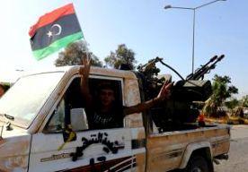 """25-Aug-2014 21:40 - """"LUCHTAANVALLEN VAE OP LIBIË'. De luchtmacht van de Verenigde Arabische Emiraten (VAE) heeft de afgelopen week twee keer een luchtaanval uitgevoerd in Libië. Doelwit waren radicale islamitische milities in en rond Tripoli. De vliegtuigen waren opgestegen van luchtmachtbases in Egypte. Dat schrijft The New York Times op basis van gesprekken met Amerikaanse ambtenaren. Bij de eerste aanval begin vorige week zou een wapendepot van een militie in Tripoli zijn..."""