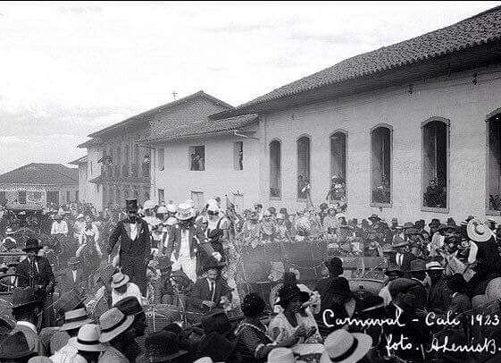 Carnaval en Cali, 1923. Las casas blancas eran de Don Fidel Lalinde donde despues fue el hotel alferez y la siguiente la de los Sardi.