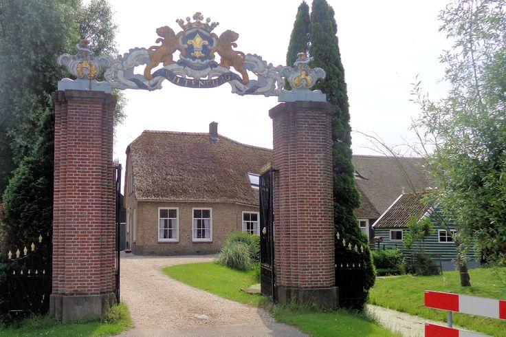 Aan de Oukoopsedijk stond kasteel Wiltenburg, gebouwd rond 1660, maar ruim een eeuw later al gesloopt. Het sierlijke toegangshek met de twee stenen pilaren bleef gelukkig bewaard. Bovenin prijkt een in Lodewijk-XV-stijl uitgevoerd houten sierbekroning van een wapen met een gouden lelie, gedragen door twee leeuwen met een kroon.