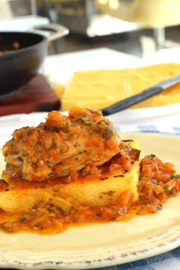 Frango ensopado com polenta. Receita fácil de fazer, quentinha, ideal para os dias mais frios. Serve até quatro pessoas e fica linda no prato.