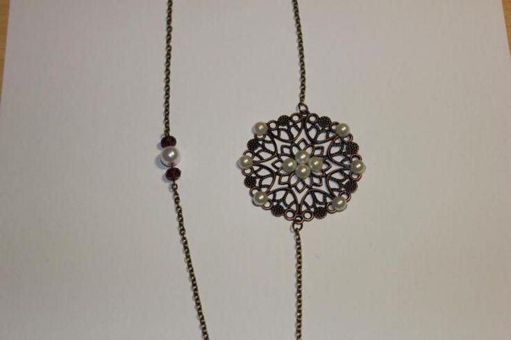 Collar de estilo vintage; color bronce, conector con perlas en un lateral y cristales y perlas en el otro. - See more at: http://lookestilo.com/portfolios/artesania-mr/productos/collar-vintage-0#sthash.YtSSDSkb.dpuf