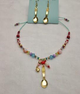 Conjunto Aretes y Pulsera: Receta del amor con cuchara Materiales:Accesorios en oro goldfieldhilo color menta, mostacilla checa, murano, c...