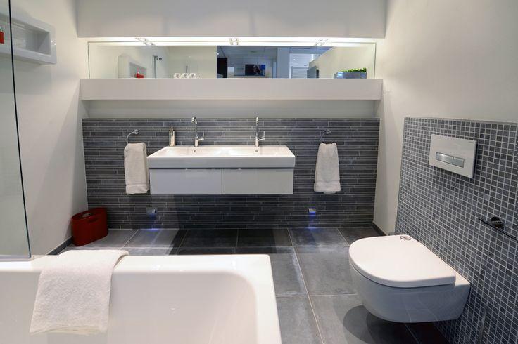 17 beste afbeeldingen over sprokkelhout badkamers op pinterest toiletten moderne - Glas betegelde badkamer bad ...