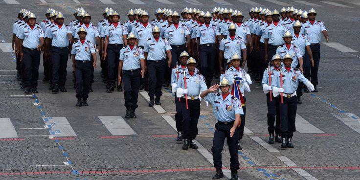 Les 1er défilé des pompiers des Antilles Les services départementaux d'incendie et de secours d'Outre-Mer, basés aux Antilles, ont été invité pour la toute première fois pour le défilé du 14-Juillet. DOMINIQUE FAGET / AFP