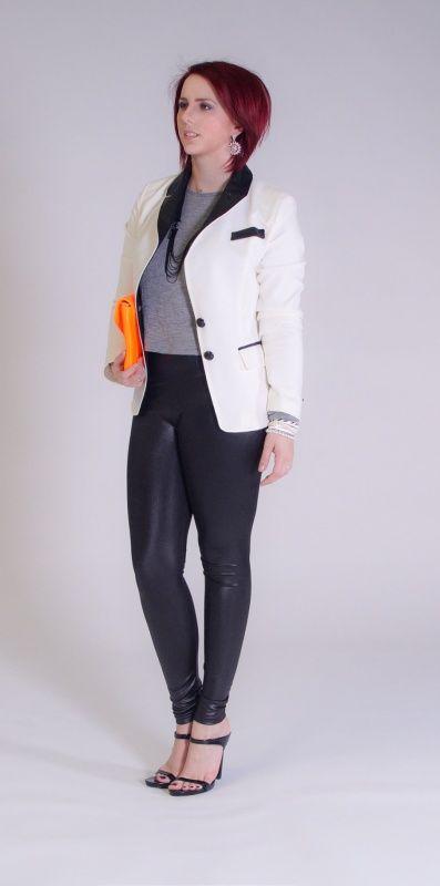 Witte blazer met een zwart leren afwerking. kost 50.95 euro