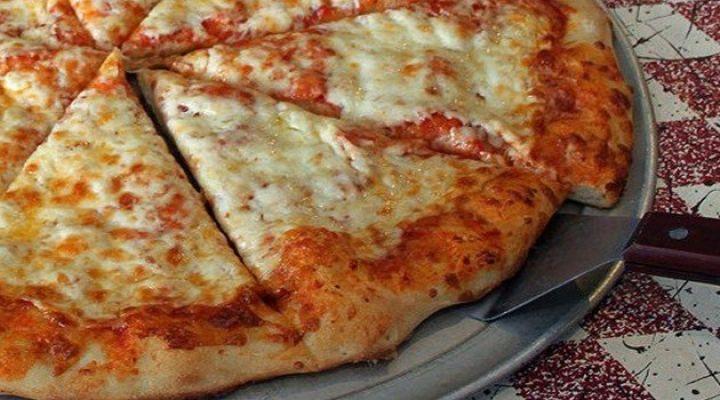 Bata todos os ingredientes no liquidificador até borbulhar; Despeje a mistura numa assadeira para pizza, untada; Asse em forno previamente aquecido; Coloque a cobertura de sua