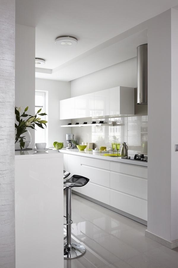 Białe wnętrze z kolorowymi akcentami Mieszkanie i dom