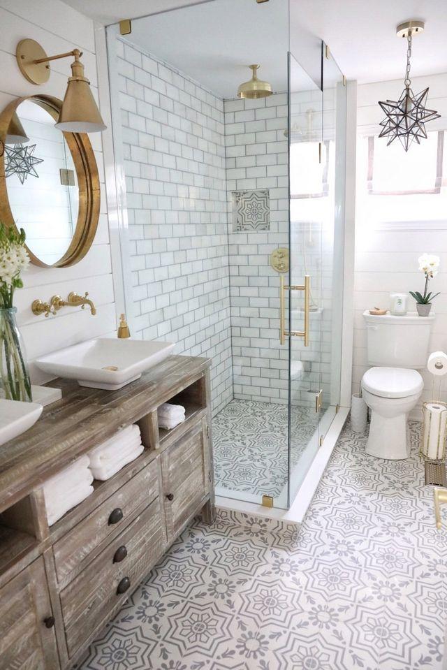 Badezimmerrenovierung Badezimmer mit grauen und weißen Zementfliesen, …