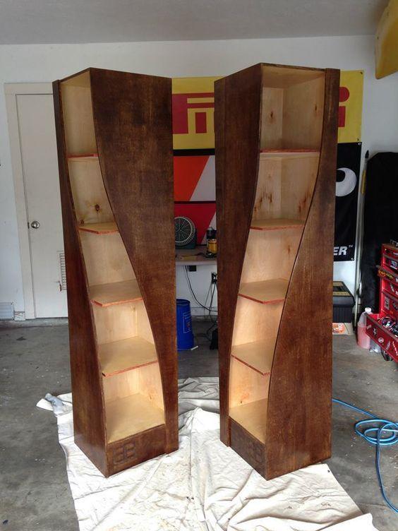 Bücherregale aus verdrehtem Holz