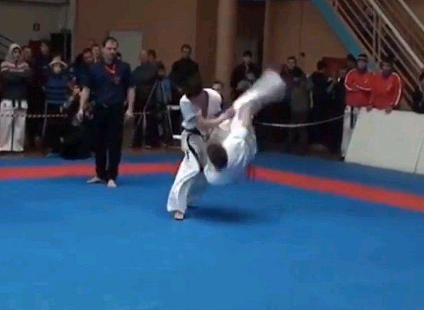 KO par side-flip kick au karaté [video] - http://www.2tout2rien.fr/ko-par-side-flip-kick-au-karate-video/