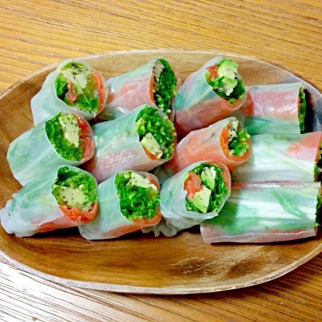 #サーモン #アボカド #水菜 #ライスペーパー #ゴマだれ(白ごまペースト、砂糖、酢、醤油) - 18件のもぐもぐ - サーモンアボカド生春巻♪ by erimo11
