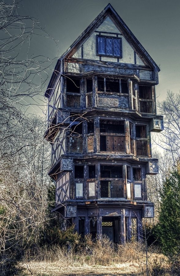 I want to redo this place and live in it!! Reminds me of the Weasley's place.   Abandoned place in Fredericksburg, Virginia