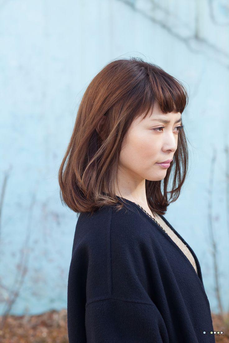 30~40대 여성분들에게 제안하는 처피뱅 에쉬브라운 호일워크 헤어스타일  차분하고 도시적인 분위기의 자연스러운 볼륨감의 보브 단발머리 헤어스타일입니다.   트랜디하고 스타일리시한 분위기의 짧은 처피뱅 앞머리와 애쉬 브라운 컬러를 베이스로 한 호일워크 디자인으로 입체감과 컬러감을 살리면서 어리게 보이는 일본헤어스타일 입니다.  이번에는 곱슬의 모질을 살려서 가볍게 드라이로 스타일링을 하였으나 모질에 따라서 러프한 느낌의 볼륨매직과 디지털 파마의 믹스 펌을 한다면 평소 관리가 간편한 스타일 입니다.  세련되고 스타일리시한 분위기를 선호하는 30-40대 전문직 여성이나 20대 여성 분들에게도 추천하는 헤어스타일 입니다!^^    ----- 더 많은 최신 헤어스타일 보기 http://www.tanpopohair.com -----