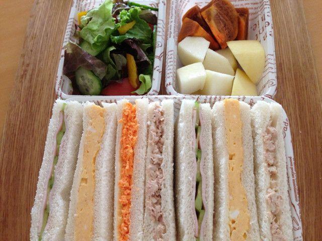 野菜サラダ、果物(リンゴ、洋梨、柿)  サンドイッチ  ・ハム&きゅうり  ・厚焼き卵(もっと厚く焼きたかった)  ・人参  ・ツナ&オニオン