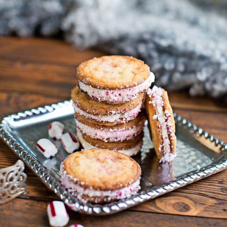 Dubbla kakor med ljuvlig frosting och krossade polkagrisar runt om.