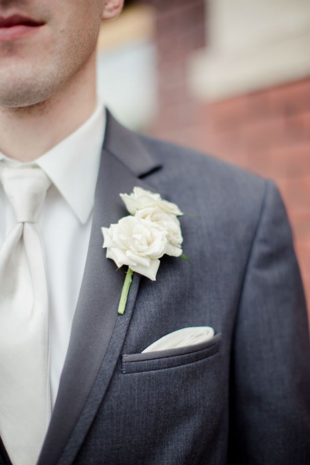 Simple wedding boutonniere (Freeland Photography LLC)