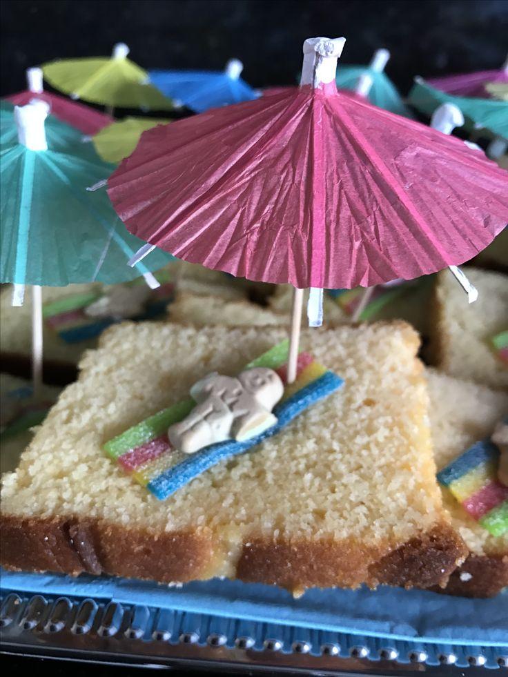 Strandje van cake traktatie Gemaakt van cake, zoute rijen en zure matten. Met een beetje glazuur aan elkaar geplakt.